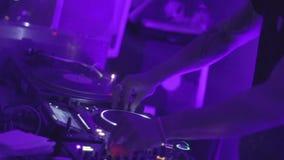 DJ在夜总会扭捏转盘和搅拌器,控制音乐 股票录像