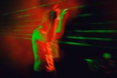 DJ在夜迪斯科执行 免版税库存图片