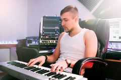 DJ在电子钢琴使用在演播室 免版税图库摄影