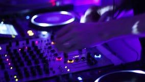 DJ在记录板的扭动控制的手夜总会的 转盘,搅拌器,板材 股票视频