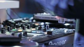 DJ增量音乐容量调整在设备的声音 股票视频