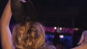 dj女孩的后部面具舞蹈的在转盘在夜总会 上涨 培养手 影视素材