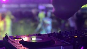 DJ手和设备在夜总会期间集会与跳舞人 股票录像
