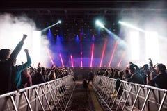 Dj执行一个生活电子舞蹈音乐音乐会 免版税图库摄影