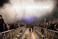 Dj执行一个生活电子舞蹈音乐音乐会 免版税库存照片