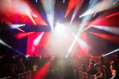 Dj执行一个生活电子舞蹈音乐音乐会 库存照片