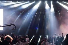 Dj执行一个生活电子舞蹈音乐音乐会 库存图片
