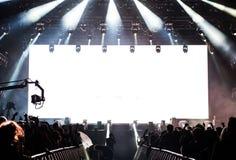 Dj执行一个生活电子舞蹈音乐音乐会 免版税库存图片