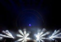 Dj执行在阶段的一个生活EDM音乐会 库存图片