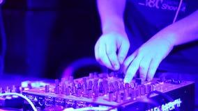 DJ投入耳机并且演奏在夜总会设置的迪斯科 股票视频