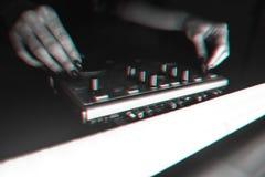 DJ探照灯照亮的搅拌器迪斯科 免版税库存图片