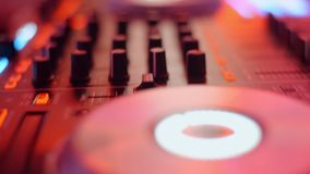 Dj控制台,在迪斯科聚会的音乐搅拌器在夜总会控制器书桌,闪动的多色光 影视素材