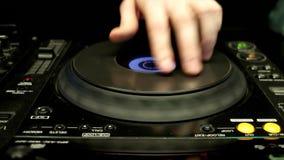 DJ控制器,在一个夜总会的控制板混音器使用的记录,减少声音, DJing 影视素材