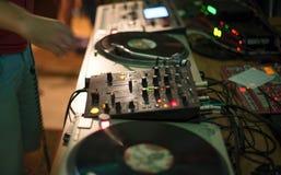 DJ搅拌器和纪录在夜总会 库存图片