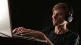 Dj是在膝上型计算机和组成的音乐的记录轨道 股票视频