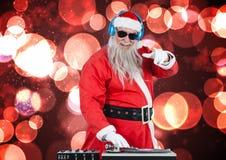 Dj混合一些圣诞节歌曲的圣诞老人 免版税库存照片