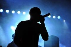 DJ混合在一个生活音乐会期间的卡莫和Krooked 免版税库存图片