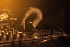 DJ混合的音乐和移动的音量控制器 库存图片
