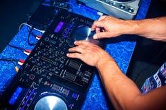 DJ混合迪斯科的专业音乐设备夜总会的 库存照片