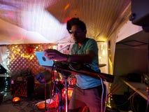 DJ热罗姆演奏在阶段的詹姆斯电子 免版税库存图片