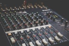 DJ的合理的操作员控制台或混音器控制板混合和记录在演播室或党的音乐的 免版税库存照片