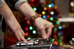 DJ的手在控制板后的 免版税库存照片