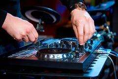 DJ的手在控制板后的 库存照片