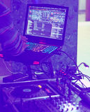DJ站立与膝上型计算机在党 库存图片