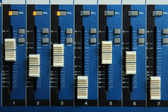 dj设备搅拌机音乐s合理的样式 免版税图库摄影