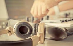 DJ音乐生产商转动在他的演播室的瘤 免版税库存图片