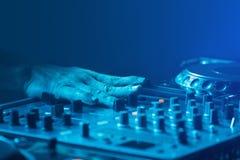 DJ,与蓝色光的圆薄膜混合的音乐 库存图片