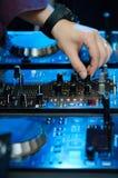 DJ übergeben auf Mischungsmusikstation Stockfoto