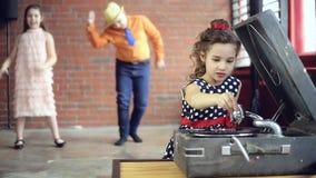Παιχνίδι του DJ μικρών κοριτσιών στο βινύλιο απόθεμα βίντεο