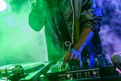 DJ με τον υγιή αναμίκτη στη συναυλία στοκ εικόνες