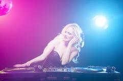 DJ με το σωρό των βινυλίου αρχείων στοκ φωτογραφίες με δικαίωμα ελεύθερης χρήσης