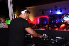 DJ - Μουσική χορού - υγιής εξοπλισμός, υπόβαθρο νυχτερινών κέντρων διασκέδασης Στοκ Εικόνες