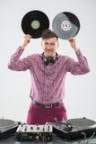 DJ που έχει τη διασκέδαση με το βινυλίου αρχείο που παρουσιάζει εμπαιγμό Στοκ Φωτογραφίες