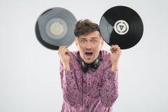 DJ που έχει τη διασκέδαση με το βινυλίου αρχείο που παρουσιάζει εμπαιγμό Στοκ Εικόνες