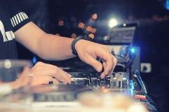 DJ που αναμιγνύει τη μουσική Στοκ Εικόνες
