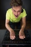 DJ που αναμιγνύει τη μουσική topview Στοκ Φωτογραφία