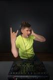 DJ που αναμιγνύει τη μουσική topview Στοκ Φωτογραφίες