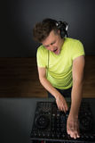 DJ που αναμιγνύει τη μουσική topview Στοκ φωτογραφία με δικαίωμα ελεύθερης χρήσης