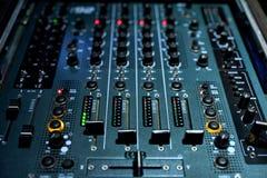 DJ που αναμιγνύει τον πίνακα για τις λέσχες στοκ εικόνες