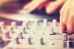 DJ που γρατσουνίζει και που αναμιγνύει τη μουσική στο κόμμα Στοκ Φωτογραφίες