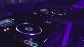 DJ που παίζει τα βινυλίου αρχεία σε μια περιστροφική πλάκα (Επεξεργασθείσα ακολουθία, montage) nightclub απόθεμα βίντεο