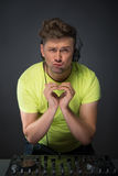 DJ που παρουσιάζει σημάδι καρδιών Στοκ εικόνα με δικαίωμα ελεύθερης χρήσης