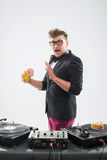 DJ που τρώει doughnut στην περιστροφική πλάκα θέσεων εργασίας Στοκ εικόνες με δικαίωμα ελεύθερης χρήσης