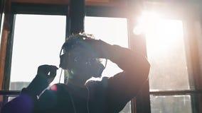 DJ που χορεύει παίζοντας τη μουσική απόθεμα βίντεο