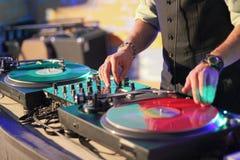 DJ στα βινυλίου αρχεία πίσω από την κονσόλα στοκ εικόνα με δικαίωμα ελεύθερης χρήσης