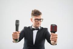 DJ στην τοποθέτηση σμόκιν με δύο μικρόφωνα Στοκ Εικόνα
